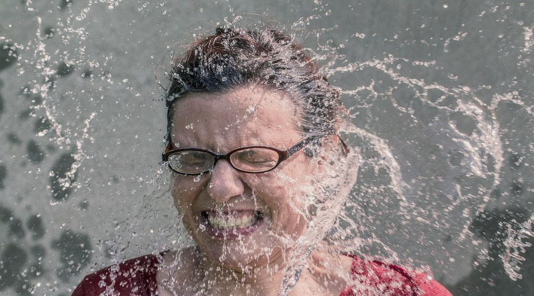 Frau wird mit Wasser bespritzt - Bild zum Bewerbungsgespräch