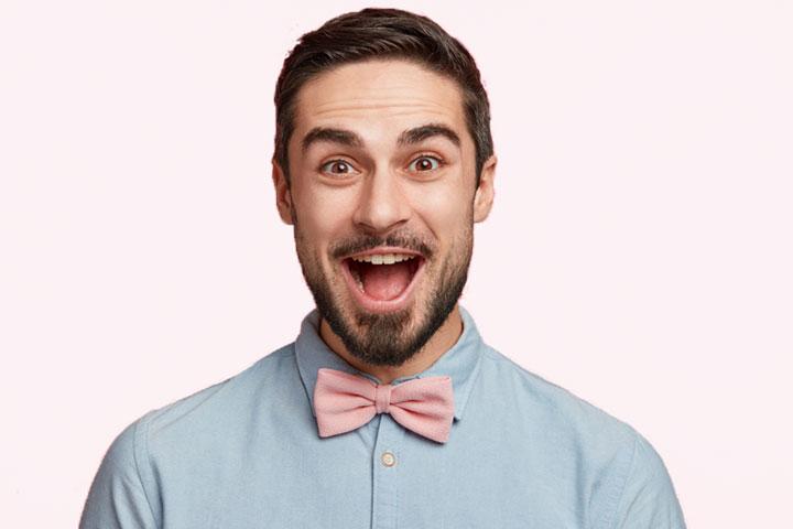 Mann_freut_sich, blaues_Hemd_und_rosa_Fliege, Titelbild Unternehmen