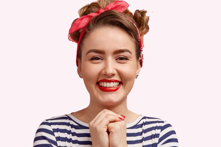 Frau ist glücklich und lacht, hat ein rotes Band im Haar, Titelbild von den AGB´s und von der Blogzugangsseite