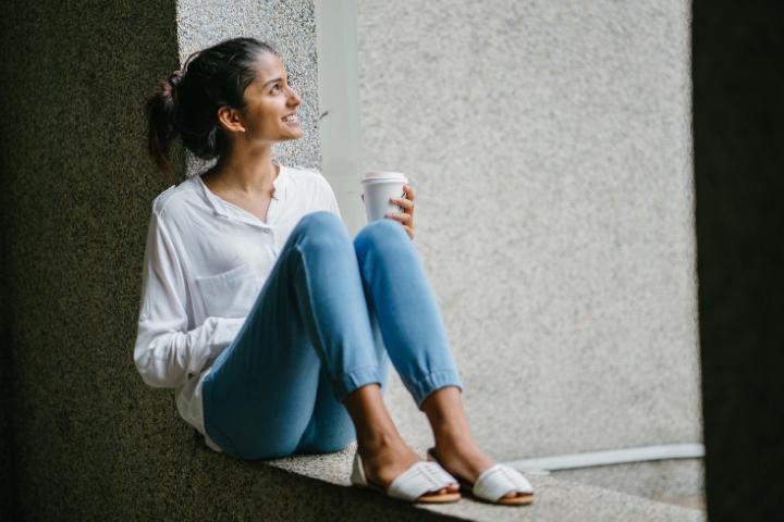 Eine-Ruhepause-von-der-Arbeitszeit-Maedchen-trinkt-Kaffee